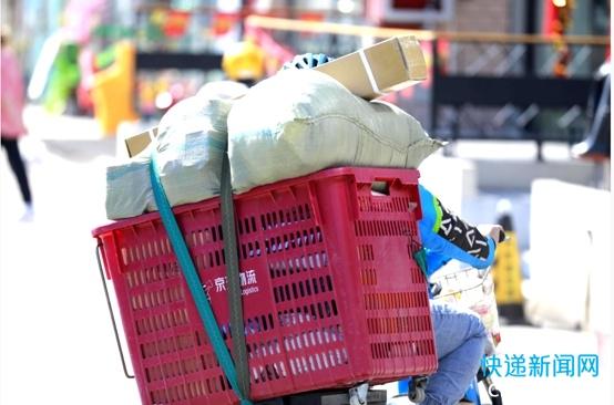 河南郑州正在逐渐恢复快递物流运输