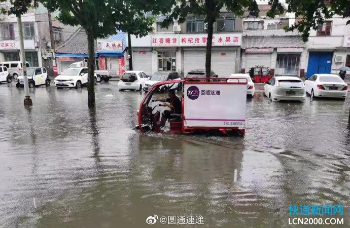 应对暴雨,邮政快递人争分夺秒