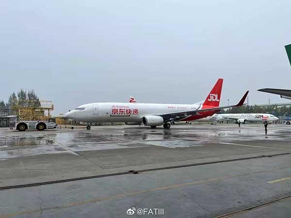 消息称京东航空首架737-800货机完成喷涂亮相